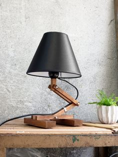 He encontrado este interesante anuncio de Etsy en https://www.etsy.com/es/listing/164301710/plat-i-adjustable-wooden-table-lamp