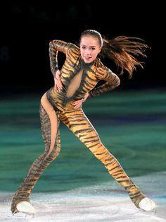 Kim Yuna, Alina Zagitova, Medvedeva, Beautiful Athletes, Sport Gymnastics, Olympic Athletes, Figure Skating Dresses, Bicycle Girl, Women Figure