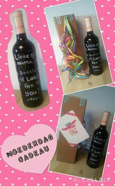Wijnfles met je eigen tekst.  Je haalt het voorste etiket er af. Op de achterkant blijft het label zitten met de info over de wijn. Vervolgens schrijf je de tekst naar keuze er op met een krijtstift.  Niet alleen leuk voor moederdag. Het kan ook voor een verjaardag of bruiloft.