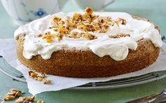 H. C. Andersen-portvinskage Nøddebund med knasende nougat og dejlig portvinsflødeskum. Skøn kage til kaffen.