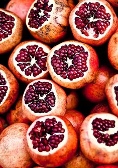 Research shows this fruit's juice has more inflammation-fighting antioxidants than red wine or green tea. Eat some fresh pomegranate or use it in an age-fighting scrub! Fruit And Veg, Fruits And Veggies, Fresh Fruit, Store Vegetables, Good Food, Yummy Food, Bon Appetit, Delish, Food Photography