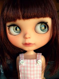 Blue eyed Blythe doll with bangs. She is adorable - I must have her! Large Eyes, Big Eyes, Pretty Dolls, Beautiful Dolls, Annette Himstedt, Barbie, Face Expressions, Little Doll, Mini Me