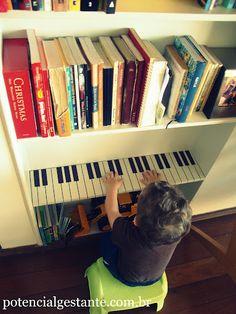 adaptamos a estante de livros da sala para fazer um pianinho pro nosso pequeno. um piano de prateleira, onde abaixo ficam os livros infantis e, acima, os livros da família.  na pedagogia montessori, a criança interage com o ambiente e faz parte dele, tendo liberdade e acessibilidade em todos os cômodos da casa.