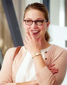 When something funny happens on SuperGirl but you try not to laugh Melissa Benoist, Superman Lois, Supergirl Superman, The Cw, Jessica Rothe, Melissa Supergirl, Kara Danvers Supergirl, Lena Luthor, Chris Wood