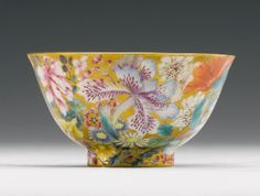 A GOLD-GROUND FAMILLE-ROSE 'MILLE-FLEURS' BOWL QING DYNASTY, DAOGUANG PERIOD - Sotheby's