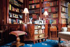 A mahogany-paneled library in a penthouse on Manhattan's Upper East Side. Included in The Best Home Libraries from the pages of Architectural Digest. Duplex New York, New York Penthouse, Architectural Digest, Beautiful Library, Dream Library, Library Room, Bookshelf Design, Bookshelves, Bookshelf Diy