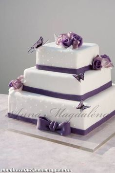 Svatební dort s fialovými motýli