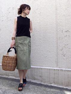 AZUL ENCANTOさんの チノストレッチカーゴタイトスカート。 大きめのカーゴポケットと ラッ