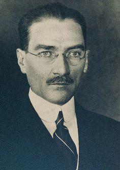 """1-Atatürk henüz Kurtuluş Savaşı yıllarında. 1921 kışında Ankara'ya gelen Amerikalı bir gazeteci, Atatürk'ün çekilen ilk gözlüklü bu fotoğrafı için şöyle yazar: """"Onu gözlükleriyle ve kalpaksız görün profesöre benzer bir edası var. Yüzünde idealist (hayalperest) bir şey var, özellikle gözlerinde, ama hayallerini gerçekleştiren bir hayalpereste ait."""" 2- Atatürk'ün diğer gözlüklü fotoğrafı yine Kurtuluş Savaşı yıllarından. Yanında Ruşen Eşref Ünaydın. 3-Atatürk, Afet İnan, M... Great Leaders, The Godfather, The Republic, Revolutionaries, My Hero, Obama, History, Movie Posters, Photography"""