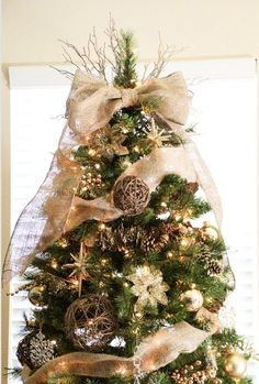 This is a lovely christmas tree. I love all the details, especially the burlap.
