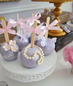 Princesa Sofia: os docinhos no palito com cobertura lilás enchem a mesa de graça. As pérolas, borboletas e flores combinam com a decoração da festa. Inspire-se! #disney