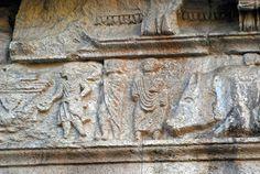 Particolare del fregio dell'arco di Augusto a Susa. Esso fu eretto nel I secolo a.C per celebrare l'accordo tra Roma eil re dei Sagusi. Questo è un chiaro esempio di arte plebea come si può notare dalla mancanza di proporzioni naturalistiche. Infatti nell'arte plebea le proporzioni sono gerarchiche, di conseguenza l'arte plebea è simbolica.