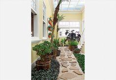 A harmonia impera no living da casa do empresário André Tassinari. O ambiente recebe luz natural através do jardim interno. A pequena área ao ar livre é uma espécie de oásis ao lado da sala