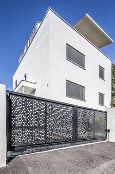 Dieser Zaun ist Einladung und Schutz zugleich: Was auf den ersten Blick kinderleicht erscheint, kann zu einer echten Herausforderung werden: welcher Gartenzaun passt zu meinem neuen Haus? Schließlich hat ein Zaun gleich zwei Aufgaben, die unterschiedlicher nicht sein können. MEVACO PRODUKTDATEN: Rundlochung Rv 20-32, Aluminium, 3mm, nachträglich pulverbeschichtet Metal Screen, Fence Ideas, Aluminium, Screens, Rv, Garage Doors, Outdoor Decor, Home Decor, Perforated Metal