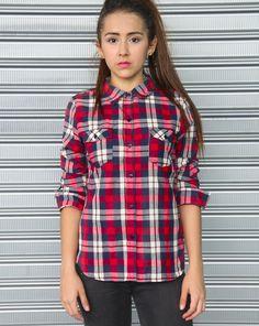 Camisa de cuadros color roja-azul marino. Es tan versátil como necesaria.