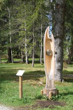 Musik und Geräusche - die Skulpturen des letzten Holzbildhauerwettbewerbes 2012, Bad Bayersoien, Ammergauer Alpen, Bayern.
