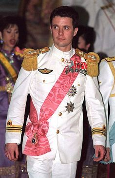 Crown Prince Frederik of Denmark attends a state banquet provided by the King and Queen of Thailand February 8 2001 at the Chakri Throne Hall in. Denmark Royal Family, Danish Royal Family, Grade Militaire, Military Inspired Fashion, Royal Photography, Prince Frederik Of Denmark, Prince Frederick, Queen Margrethe Ii, Danish Royalty