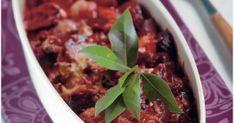 Kuori punajuuret ja sipulit ja leikkaa ne lohkoiksi.