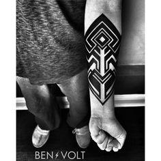 1,070 отметок «Нравится», 4 комментариев — Ben Volt (@benvolt) в Instagram: «A full wrap dynamic futuristic #artdeco and architectural inspired piece for Dominic. Thank so…»