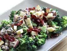 Broccolisalat med æbler, kerner og sprød bacon