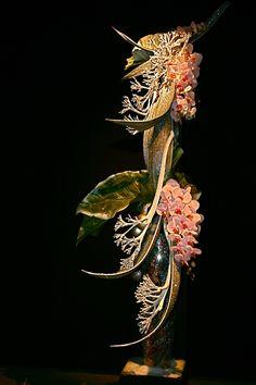Jeux de vases irisés, branches de Phalaenopsis, feuilles d'anthuriums et cocotier. Association des Auditeurs du Luxembourg, Paris