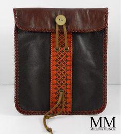 PASAPORTERAS - Ideales para viajar. Material: Cuero Diseño: Grabado a mano con marcador de golpe Interior: Con bolsillo y totalmente forrado. #ArtisanMunoz #Leather #Handbags