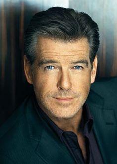 Pierce Brosnan ha recorrido muchos 007 desde aquel detective de los 90 de la tele de cuando era pequeño, le han puesto hasta a cantar y bailar, el hombre se merece más de un 007 como nota.