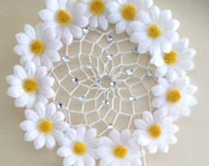 Floral White Daisy Dream Catcher, 3 Car Rear View Mirror Dreamcatcher Floral White Daisy Dream Catcher by DreamDen on Etsy Crochet Flower Tutorial, Crochet Flower Patterns, Crochet Blanket Patterns, Crochet Designs, Crochet Flowers, Crochet Sunflower, Crochet Daisy, Yarn Flowers, Paper Flowers
