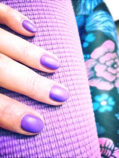 Matching yogamat! #cnd #shellac #video #violet #mattetopcoat #manicure #nagels #doetinchem #nagelsdoetinchem
