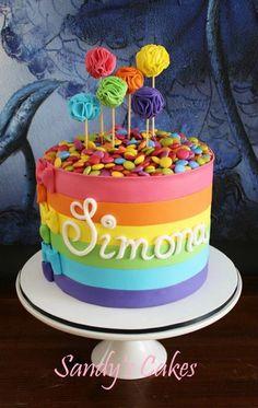 Rainbow cake with colorful cake pops // Tarta arcoiris Pretty Cakes, Cute Cakes, Bolo Chalkboard, Fondant Cakes, Cupcake Cakes, Buttercream Cake, Bolo Cake, Rainbow Parties, Kids Rainbow