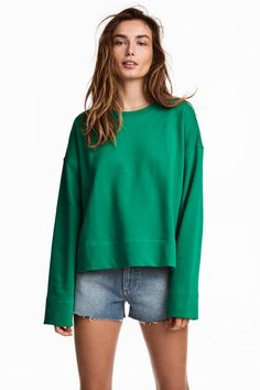 Straight-cut, wide top in lightweight cotton sweatshirt fabric with dropped shoulders, wide sleeves and slits in the sides.