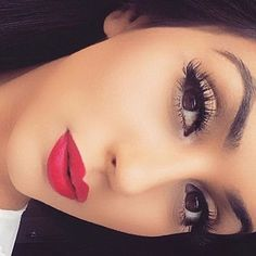 Bold lips & lashes is all you need  @princessstudio_ @shophudabeauty lashes in Samantha double stacked