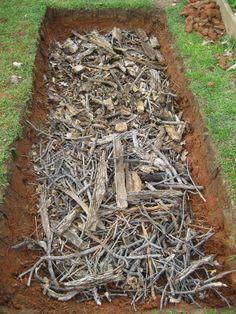 Закладка слоя мелких веток и древесного мусора на дно теплой грядки