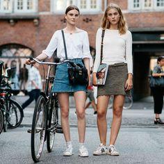 street-style-ciclista-com-saia-jeans-blusa-branca-tenis