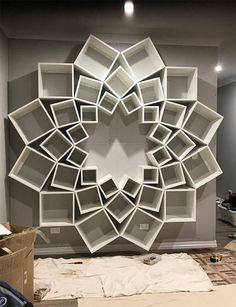 Пара увидела эту самодельную книжную полку в интернете, но они и предположить не могли, что у них получится в итоге — Энергия Лайма