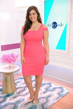 Ashley Graham paved the way for other beautiful plus size models by being the first plus size model to appear on the cover of Sports Illustrated Swimsuit Issue. Ashley Graham Photos, Ashley Graham Style, Looks Plus Size, Plus Size Model, Big Girl Fashion, Curvy Fashion, Plus Size Dresses, Plus Size Outfits, Shirred Dress
