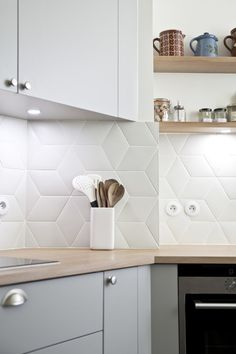 Kitchen Remodel Ideas - Browse our kitchen renovation gallery with traditional to modern to beachy kitchen design inspiration. Kitchen Backsplash Designs, Beautiful Kitchens, Kitchen Room, Kitchen Remodel, Modern Kitchen, Elegant Kitchens, Kitchen Tiles Backsplash, Kitchen Renovation, Kitchen Design