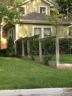 Awesome Sloped Yard Fence Ideas For Any Houses 14 - Trendehouse Front Yard Decor, Front Yard Fence, Fenced In Yard, Brick Pathway, Brick Fence, Backyard Fences, Garden Fencing, Porches, Deer Fence