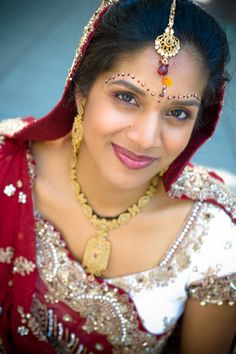 Indian bridal makeup with bindis and tikka www. Asian Wedding Makeup, Indian Bridal Makeup, Wedding Beauty, Indian Clothes, Indian Outfits, Traditional Indian Wedding, Wedding Portraits, Indian Fashion, Gold Jewelry