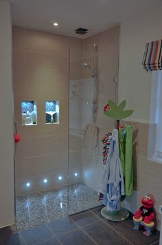 Iluminación piso y para shampoo Walk in Shower for Family Bathroom. APS shower screen, shower by Cifial.