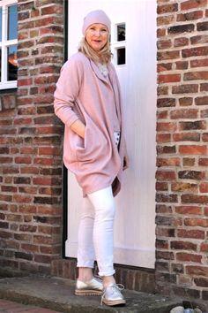 Da möchte ich Euch gleich meine neue Merino-Jacke vorstellen. Lang und lässig - ein echtes Wohlfühlteil. Dazu passend gibt es einen Merino-Pullover, eine Mütze und Stulpen. Der Herbst kann kommen. 🍂 Merino Pullover, White Jeans, Sweatshirts, Sweaters, Pants, Fashion, Pink, Casual Looks, Knit Jacket