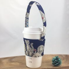 Suitable for super business coffee cups, Starbucks and Coco (cups with 9 cm diameter cups or hand cups) can be used repe Drink Bag, Beverages, Drinks, Drink Holder, Travel Mugs, Starbucks, Coffee Cups, Canning, Green