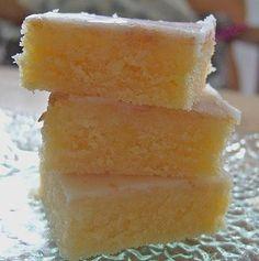 Zitronenkuchen mit Sauerrahm, ein gutes Rezept aus der Kategorie Kuchen. Bewertungen: 239. Durchschnitt: Ø 4,4.