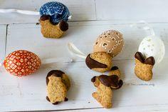Biscottini semplici di Pasqua frolla senza burro e senza uova, decorati solo con della buona cioccolata fondente, ricetta veloce