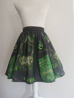 40.87e Joustavalla vyötärönauhalla. Käy sekä taskuilla että ilman. :) Cute and funky round skirt made from Harry Potter inspired Slytherin fabric. At Style Me Unique GB we tailor to all sizes, big and small. Skirts are made to measure I just need the waist size or dress size (Just pop the information in the Message to Seller Section) and well do all the rest. The skirt in the photos is 18 inches but can be made shorter if desired, and is finished with the 2 Elastic waistband, which is the…