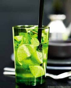 Mojito sans alcool pour 4 personnes - Recettes Elle à Table - Expolore the best and the special ideas about Cocktails Blue Drinks, Summer Drinks, Cocktail Drinks, Mixed Drinks, Cocktail Recipes, Easy Alcoholic Drinks, Virgin Mojito, Vegetable Drinks, Milkshake