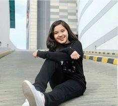 Kumpulan foto Naisa Alifia Yuriza (N.A.Y) Casual Hijab Outfit, Indonesian Girls, Crop Top And Shorts, Cute Girls, Kaftan, Normcore, Celebrities, Pretty, Outfits