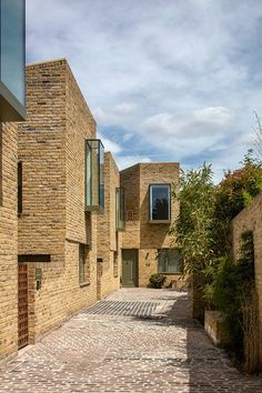 Peter Barber Architects uses oriel windows to animate the facades of Moray Mews houses Architecture Résidentielle, Fashion Architecture, Minimalist Architecture, Window Photography, Mews House, Two Storey House, Residential Complex, Brick Facade, London House