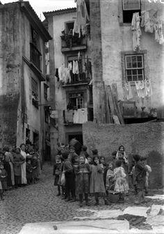 | Beco - Santa Maria Maior - Lisboa Data: ? Autor: Joshua Benoliel In AML