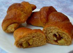 Ricetta delle brioches integrali con mele e noci, ideali per la prima colazione. Ricetta light senza burro, adatta per intolleranti ai latticini